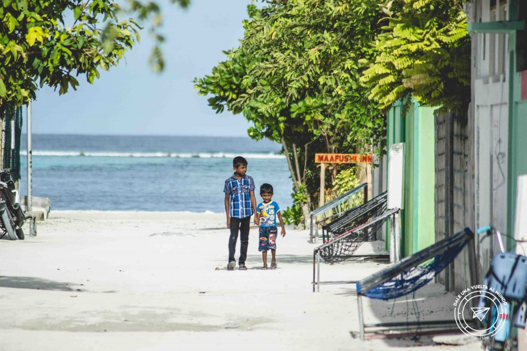 Niños en Maafushi Maldivas